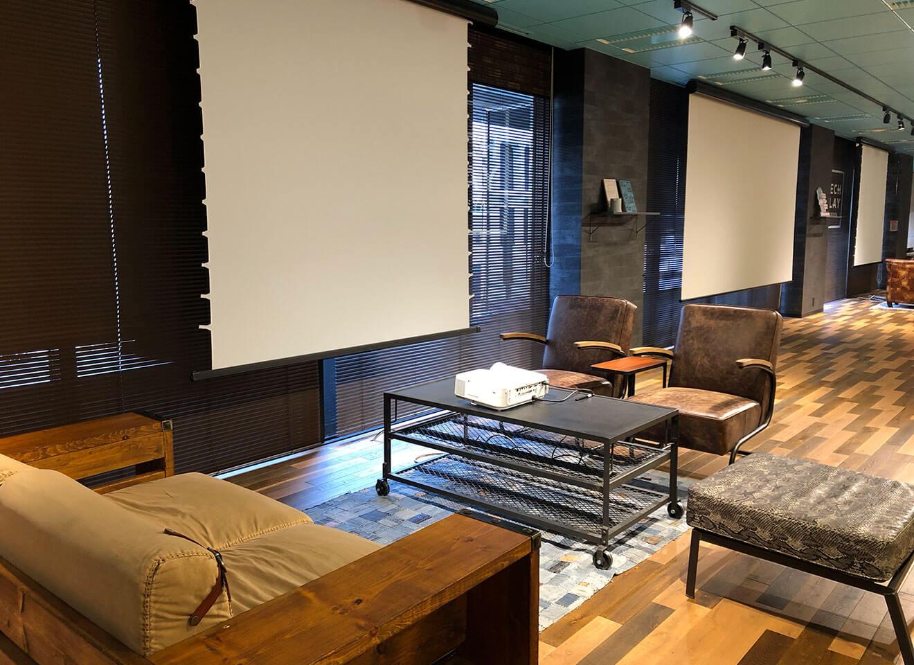 ステージ左 ソファやテーブルはレイアウト自由です